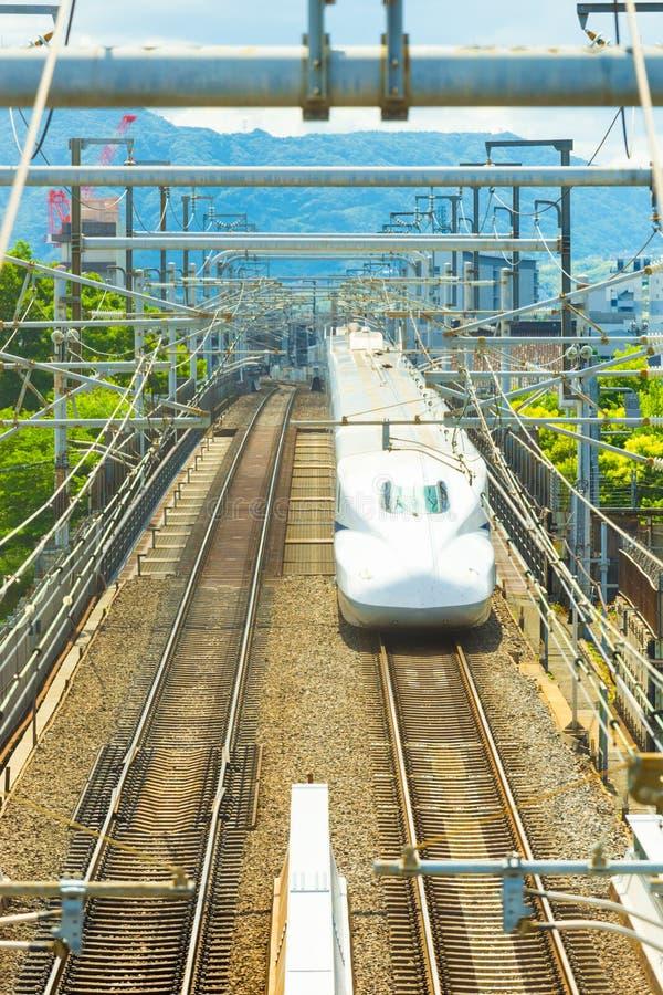 Сверхскоростной пассажирский экспресс Shinkansen причаливая голове Киото дальше стоковое изображение