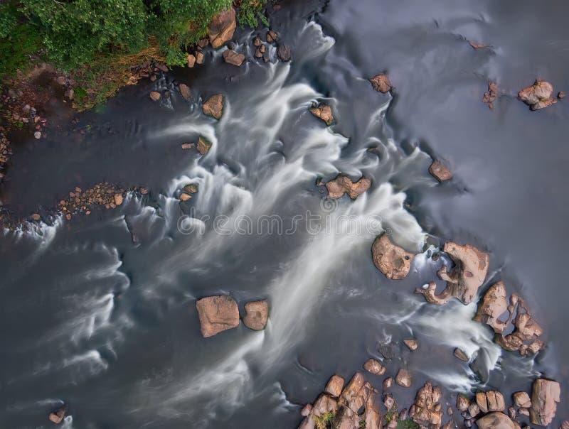 Сверху взгляд речных порогов реки, долгая выдержка Воздушный взгляд сверху потока Подача воды стоковые фото