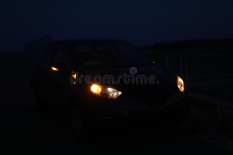 Света автомобиля в темноте стоковые фотографии rf