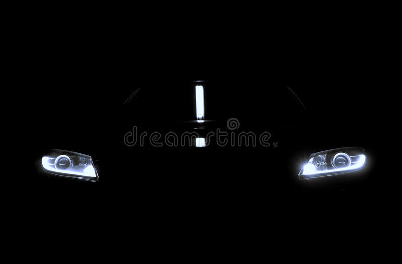 Света автомобиля в темноте стоковое фото