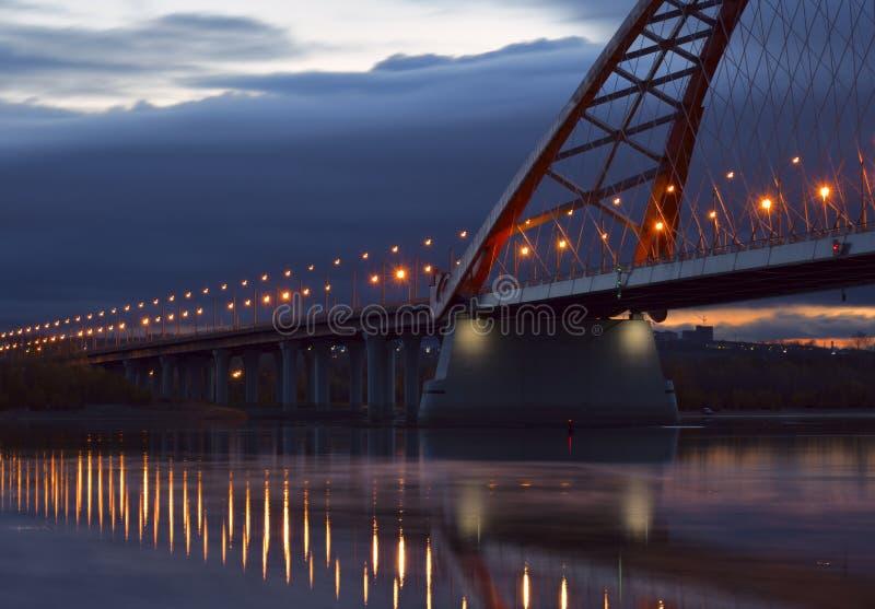 Света бега моста Bugrinsky к горизонту стоковая фотография rf