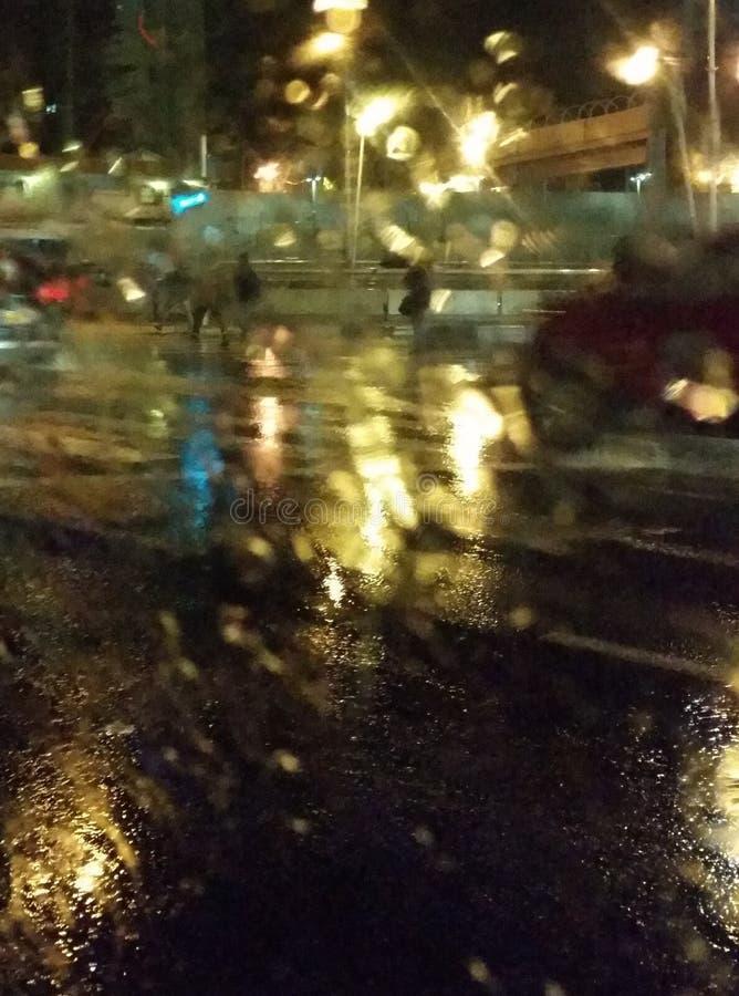 Света города ночи через влажное стекло Абстрактный взгляд стоковые изображения