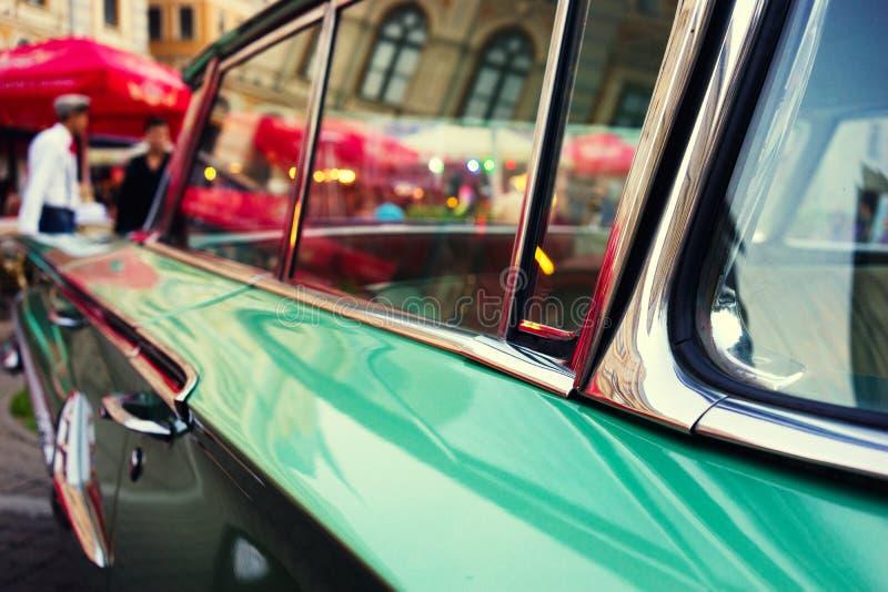 Света города вечера в автомобиле года сбора винограда стекел стоковая фотография rf