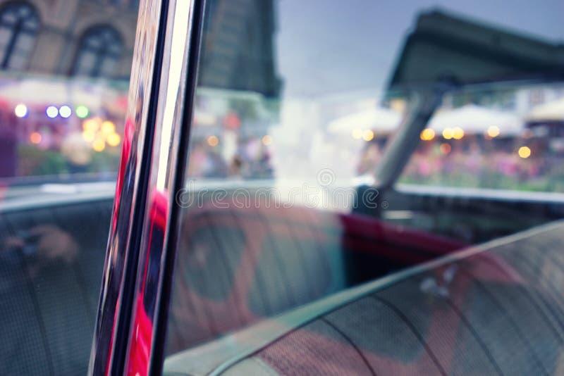 Света города вечера в автомобиле года сбора винограда стекел стоковое изображение