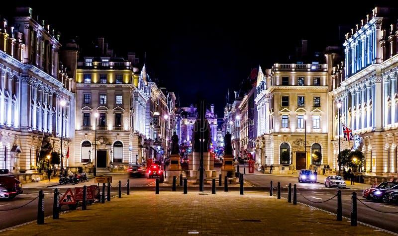 Света Лондона shinning под ночным небом стоковое изображение rf