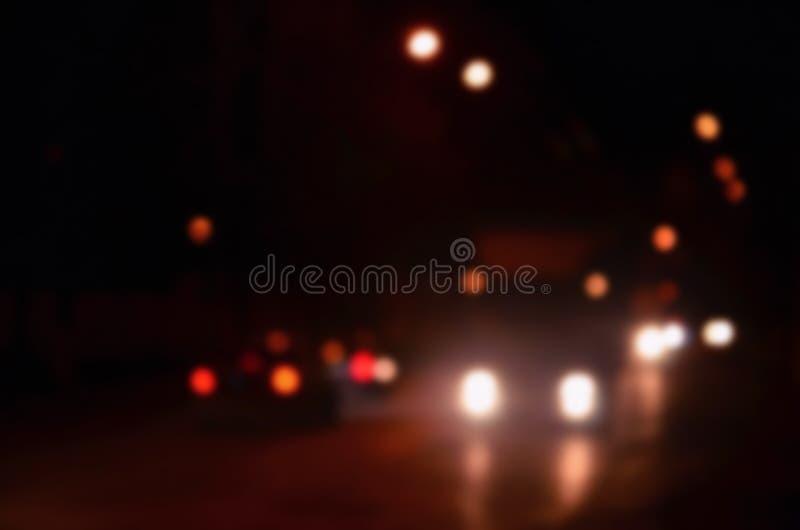 Света ночей большого города, запачканного бульвара ночи с светофорами bokeh и фар причаливая автомобиля стоковые изображения