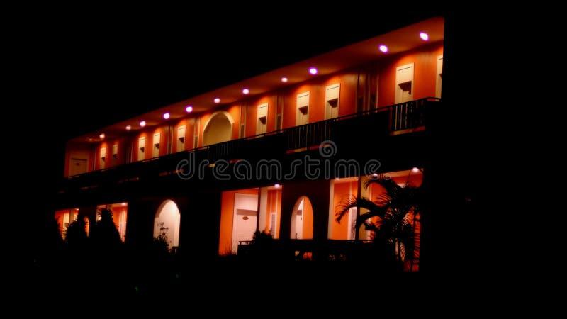 Света ночи в здании стоковое фото