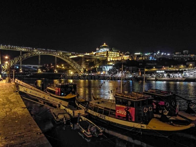 Света ночи в шлюпках гавани Порту стоковые изображения