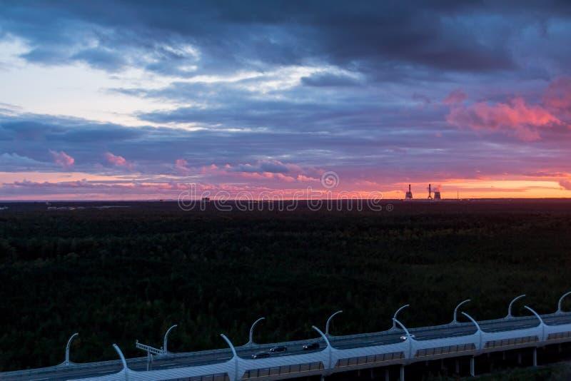 Света ночи, красочная предпосылка захода солнца Silhouette нефтеперерабатывающее предприятие и нефтехимический завод на сумраке н стоковое изображение