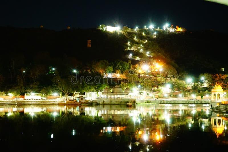 Света ночи на обваловке озера стоковые изображения rf