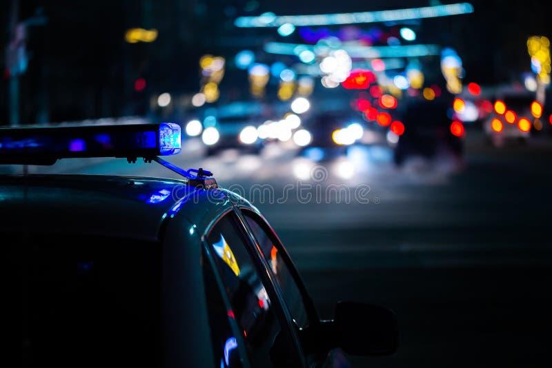 Света полицейской машины вечером в городе с выборочным фокусом и нерезкостью boke стоковые фотографии rf