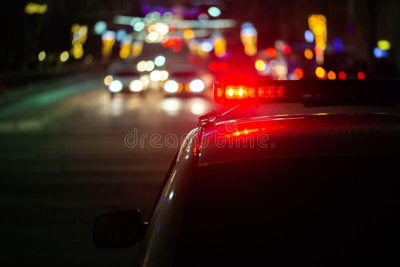 Света полицейской машины вечером в городе с выборочным фокусом и bokeh стоковое изображение rf