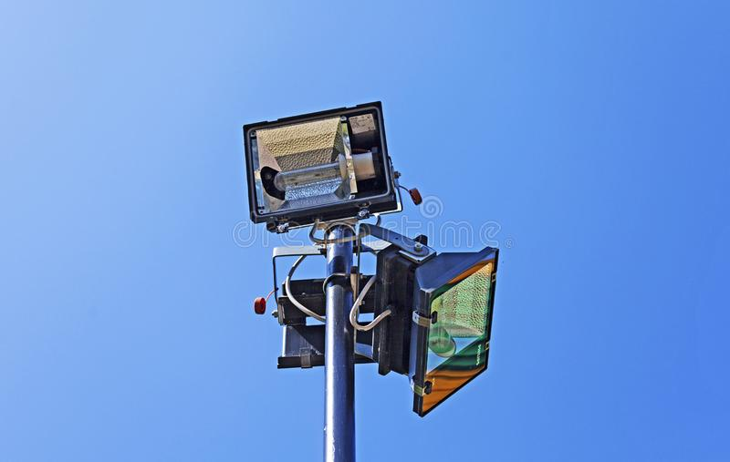 3 света реки на столбе уличного фонаря на спортивной площадке стоковые фотографии rf