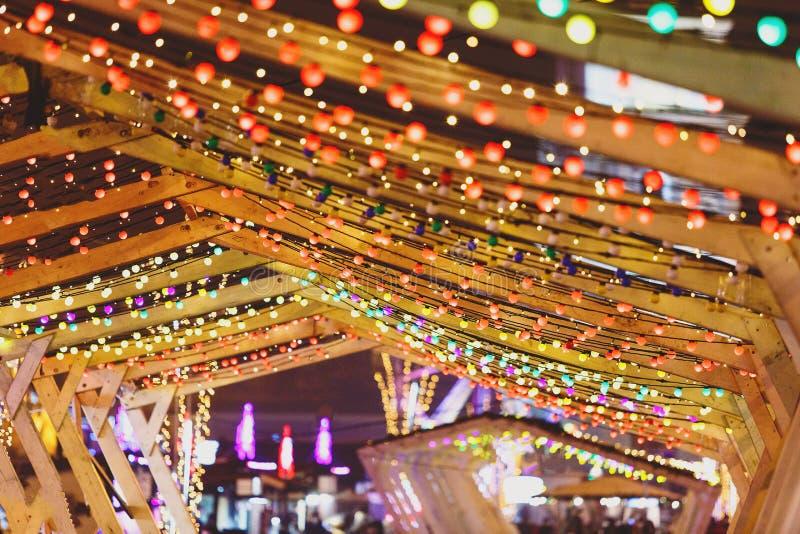 Света рождества и гирлянды шарика на улицах города Украшение Нового Года и рождества стоковая фотография