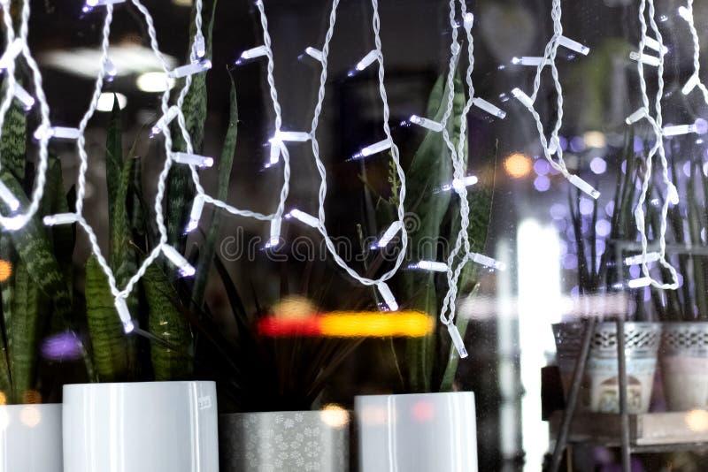 Света рождества шариков белого света на окне стоковая фотография