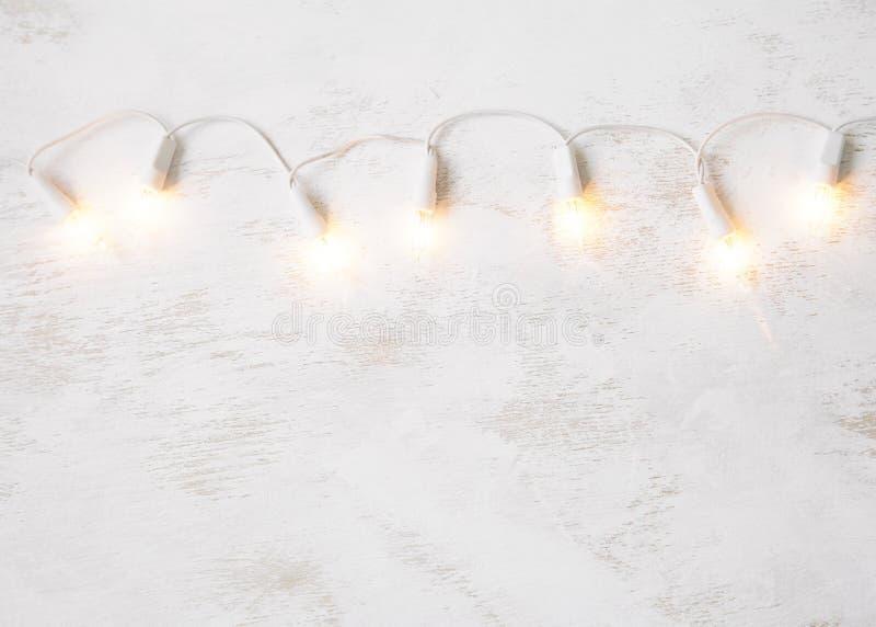 Света рождественской елки на белой затрапезной предпосылке стоковая фотография rf