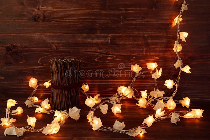 Света рождества на винтажной коричневой деревянной предпосылке стоковое изображение