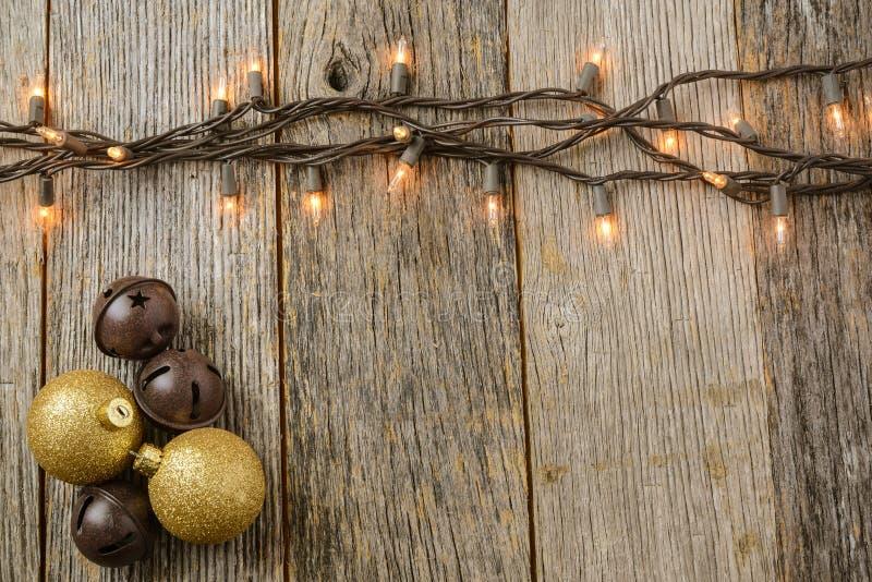 Света рождественской елки с деревенской деревянной предпосылкой стоковое изображение rf