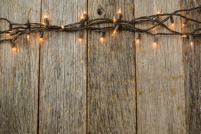 Света рождественской елки Whiite с деревенской древесиной стоковая фотография rf