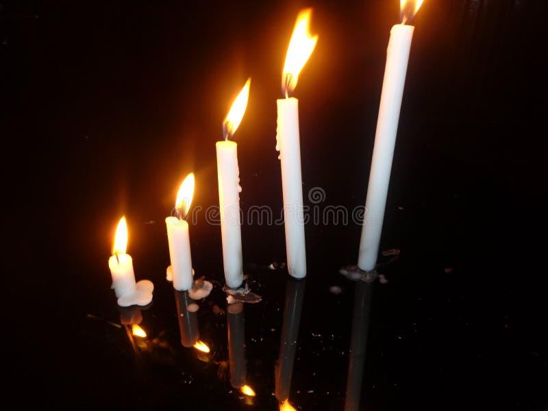 Света свечи на ноче стоковые фотографии rf