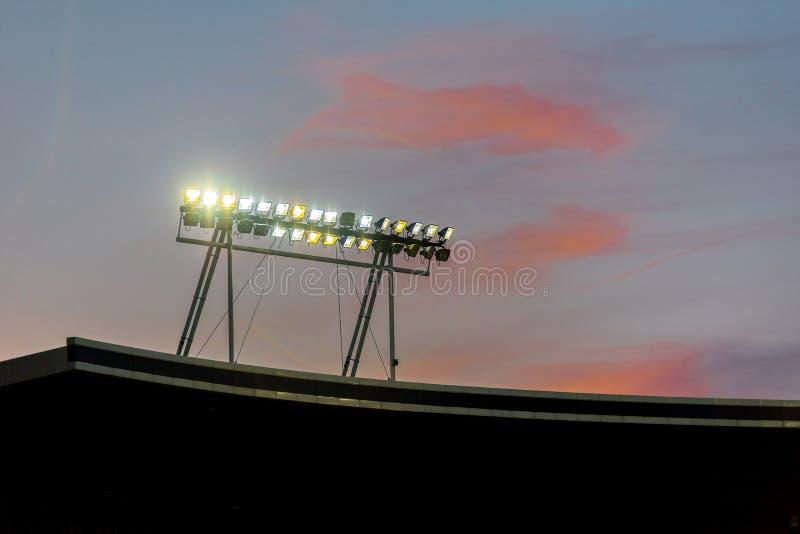 Света стадиона против голубого неба стоковые изображения