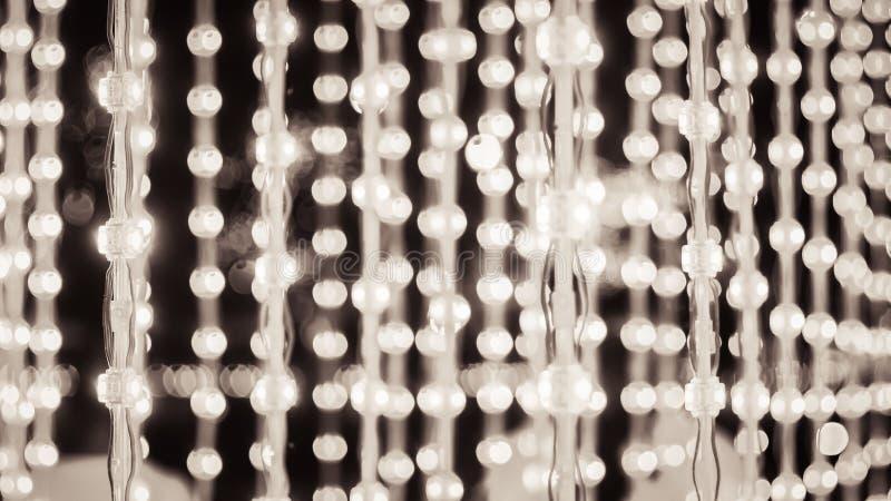 Света строки, деревянное уличное освещение веселого рождества bokeh электрических лампочек предпосылки в уличном празднике в горо стоковая фотография