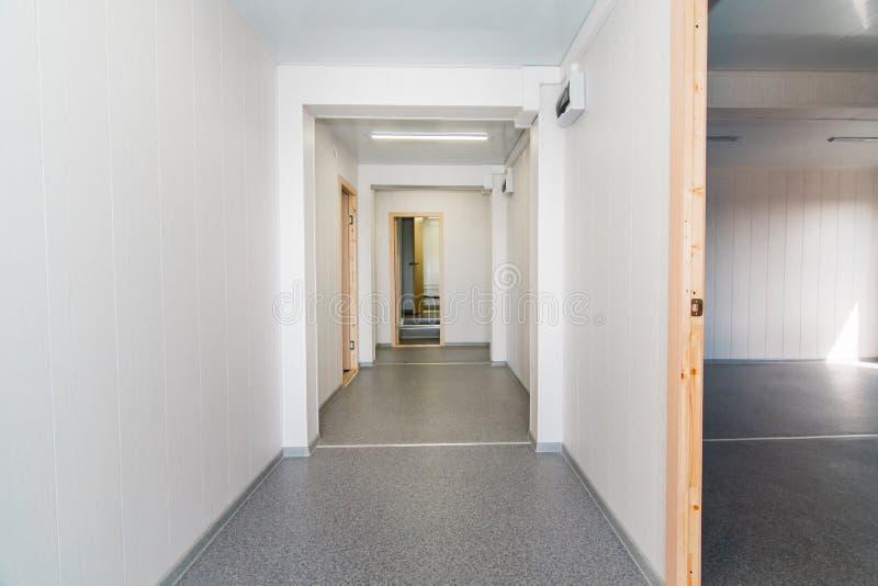 Светлая белая пустая комната офиса с ярким освещением стоковая фотография