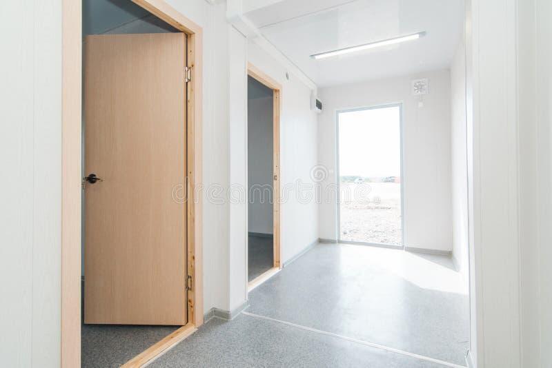 Светлая белая пустая комната офиса с ярким освещением стоковые фото