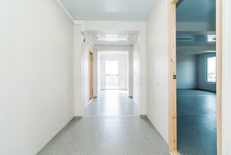 Светлая белая пустая комната офиса с ярким освещением стоковая фотография rf