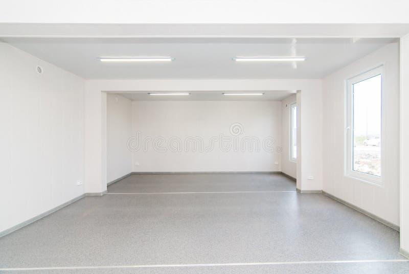 Светлая белая пустая комната офиса с ярким освещением стоковые изображения rf