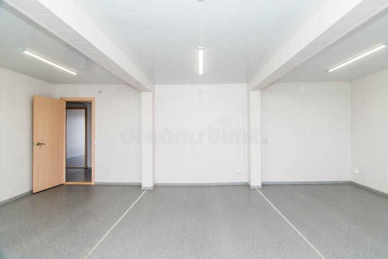 Светлая белая пустая комната офиса с ярким освещением стоковое фото rf