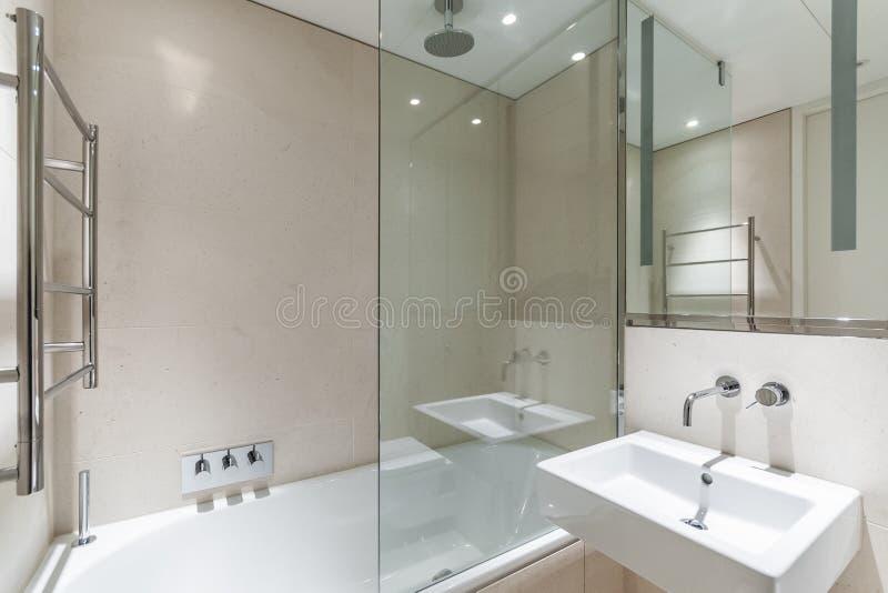 Светлая ванная комната с плитками песчаника стоковые фотографии rf