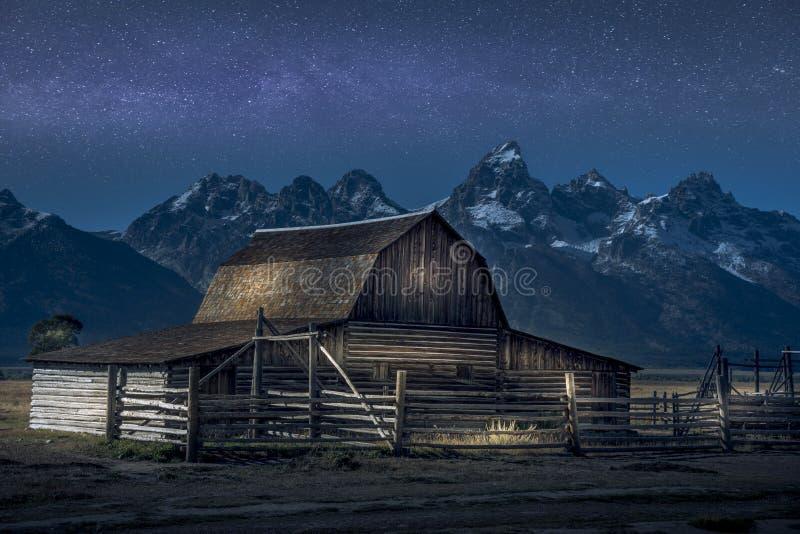 Светлая краска на амбаре Томаса Molton, части строки Мормона на грандиозном национальном парке Teton Также с млечным путем за им стоковое изображение rf