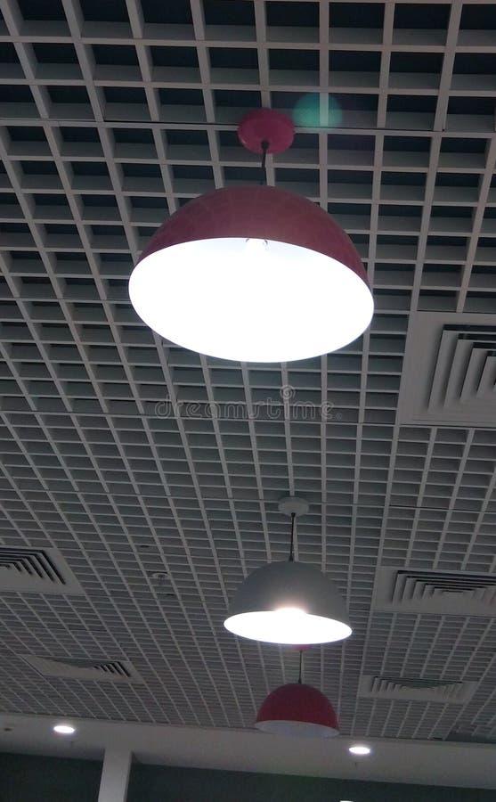 Светлая установленная строка конструированного внутреннего потолка стоковые изображения