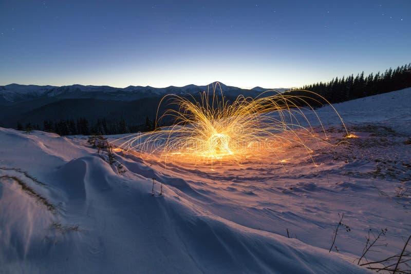 Светлое крася искусство Закручивая стальная шерсть в абстрактном круге, ливни фейерверка яркий желтый накалять сверкнает на зиме  стоковая фотография rf