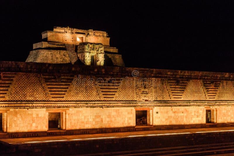 Светлое шоу на строительном комплексе Четырехугольника Cuadrangulo de las Monjas монашки на руинах старого майяского города Uxmal стоковая фотография