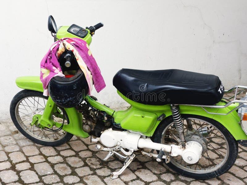 Светло-зеленый мотороллер стоковые изображения rf