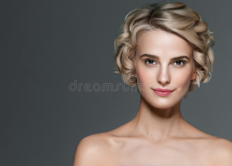 Светлые волосы и руки красивой женщины короткие делают маникюр портрет красоты ногтей элегантный стоковая фотография rf