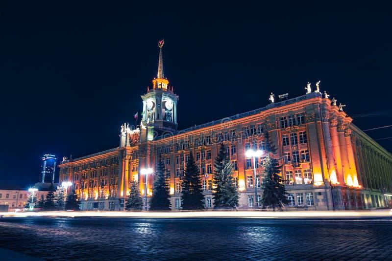 Светлые следы автомобиля перед центром города Екатеринбурга вечером стоковое изображение