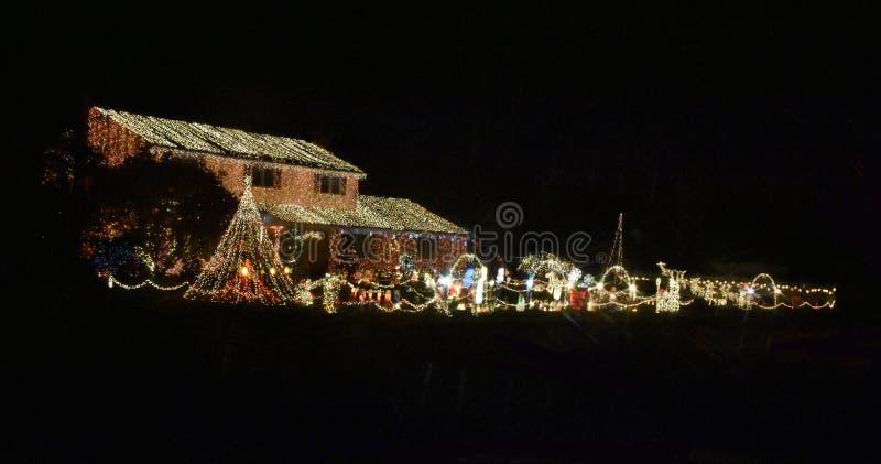 Светлые украшения во время рождества и Нового Года стоковые фото