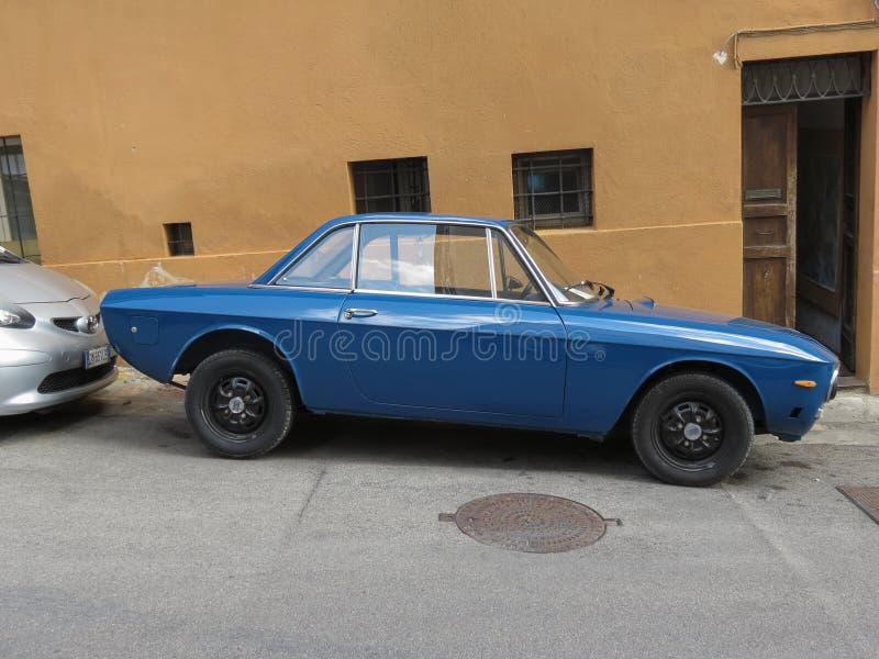 Светлый - голубой автомобиль Lancia Фульвии в Перудже стоковое изображение