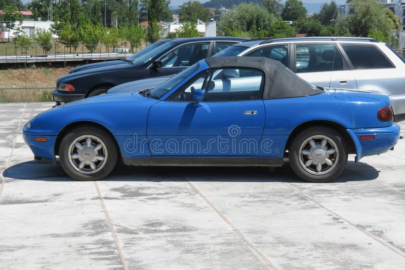 Светлый - голубой автомобиль Mx 5 Mazda в Коимбре стоковое фото