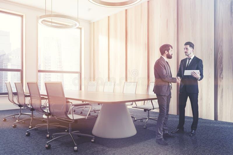 Светлый деревянный угол конференц-зала, люди стоковое фото