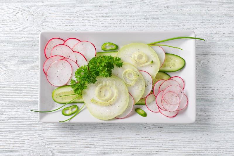 Светлый здоровый салат с огурцом, редиской и петрушкой на деревянном столе, плоском положении стоковая фотография rf