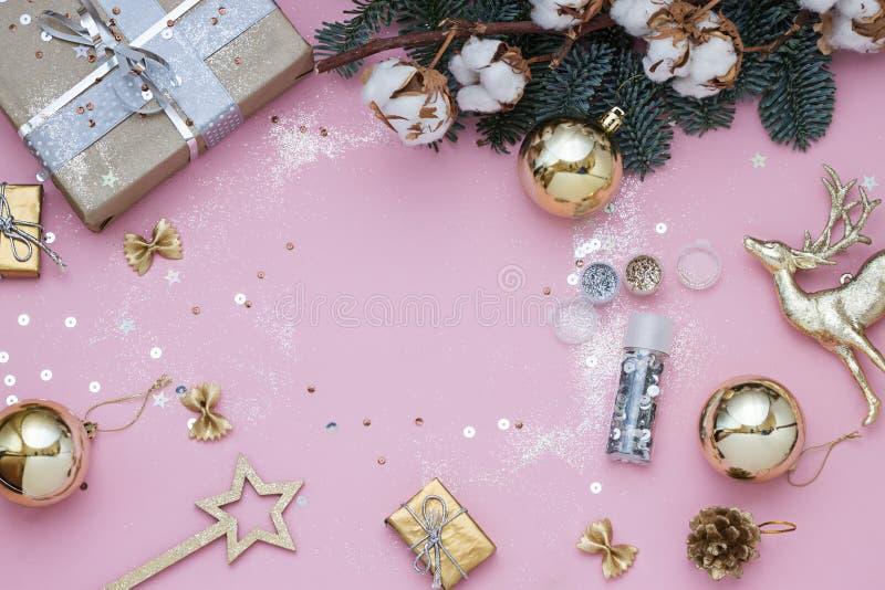 Светлый - розовая рамка рождества, Нового Года с sequins, подарки, ветвь ели и хлопок стоковое изображение