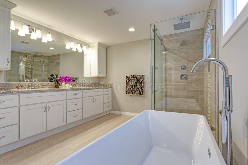 Светлый современный дизайн ванной комнаты с длинным белым шкафом тщеты стоковое изображение