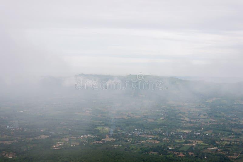Светлый туман плавает над деревней сельской местности стоковые фото