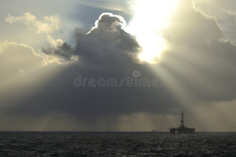 Световые лучи Sun над нефтяной платформой стоковая фотография rf