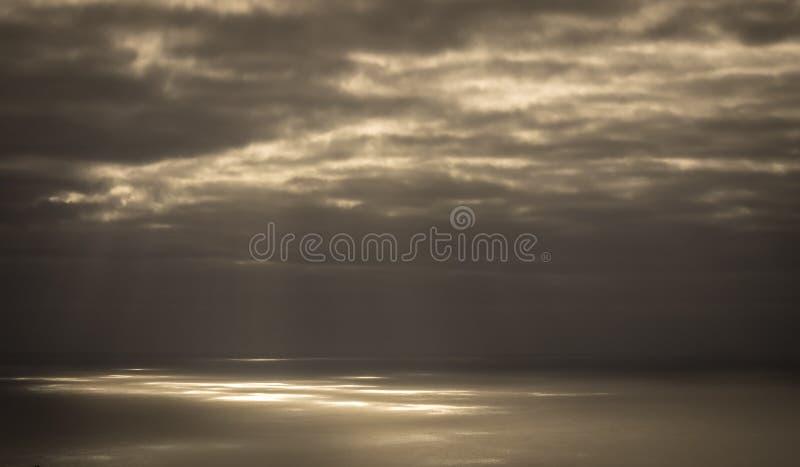 Световые лучи на поверхности океана стоковое изображение rf