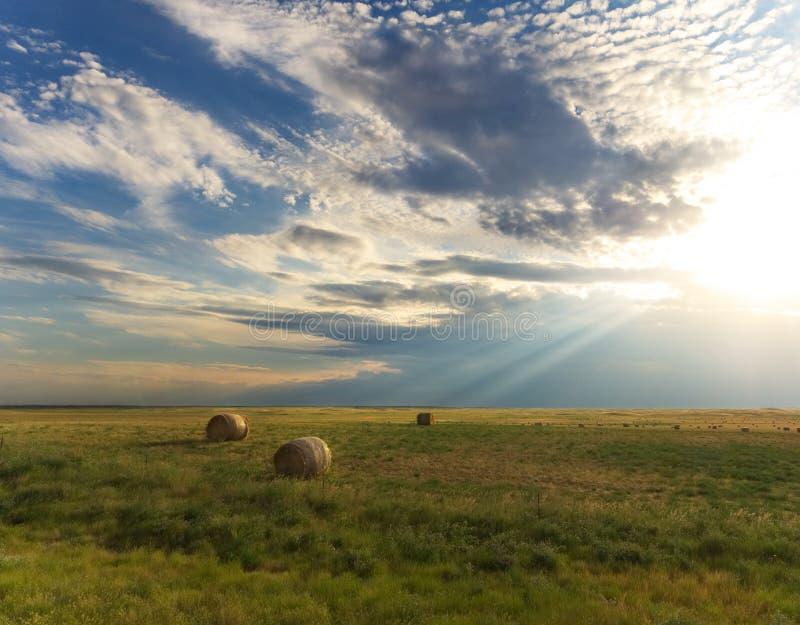 Световые лучи солнечного луча светя вниз на ландшафте страны стоковые изображения